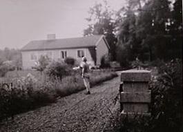 Lärarbostaden i Börje. Min två år yngre bror syns på infarten. Placeringen av det nya huset skar av sammanhanget prästgård - kyrka vilket fick börjes kulturelit att protestera, men efter en nedvinkling av taket gick bygget igenom.